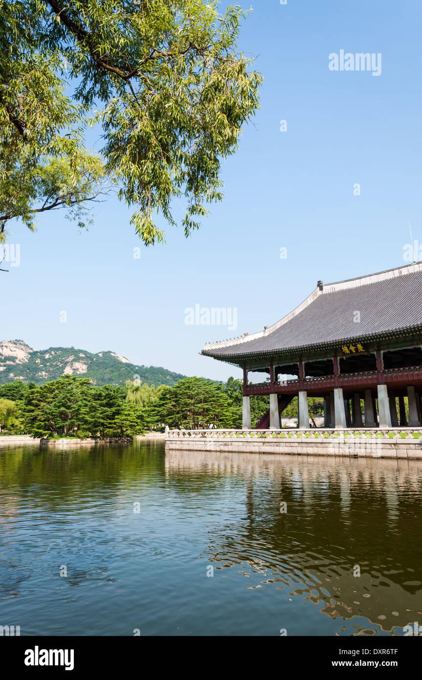 Traditionelle koreanische Architektur im Gyeongbokgung Palace in Seoul, Südkorea. Stockbild