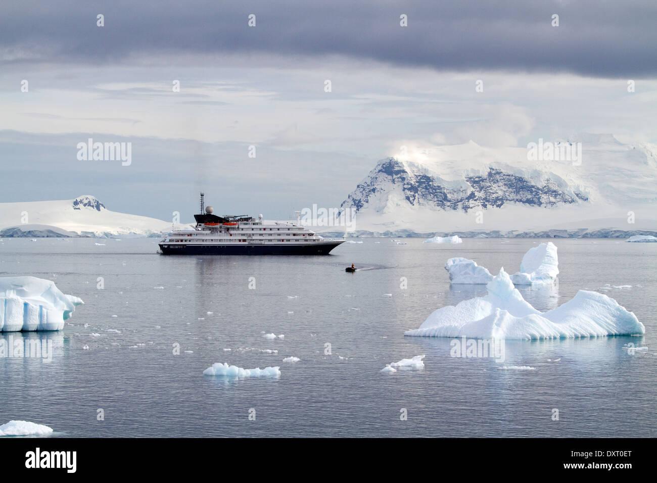 Antarktis Kreuzfahrtschiff Antarktis-Expedition mit Touristen genießen antarktischen Landschaft, antarktische Halbinsel. Ein Zodiac verlässt das Schiff Stockbild