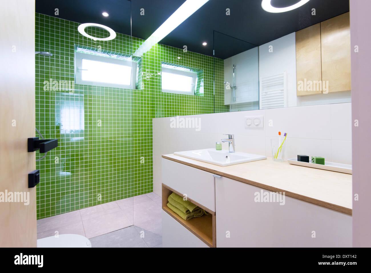 Innere des modernen Badezimmer mit grünen Fliesen Stockfoto, Bild ...