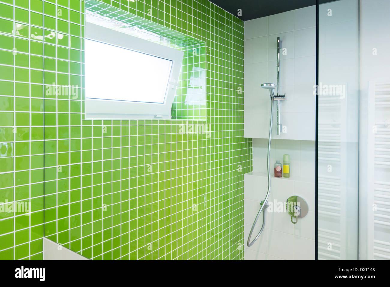 Grün Weiße Fliesen Innen Stockfotos & Grün Weiße Fliesen ...