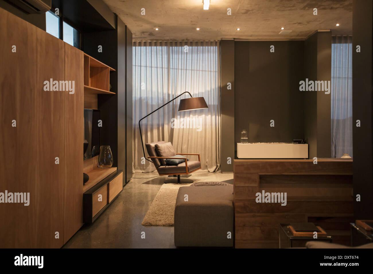 Stuhl Und Stehlampe In Der Ecke Des Modernen Wohnzimmer Stockfoto