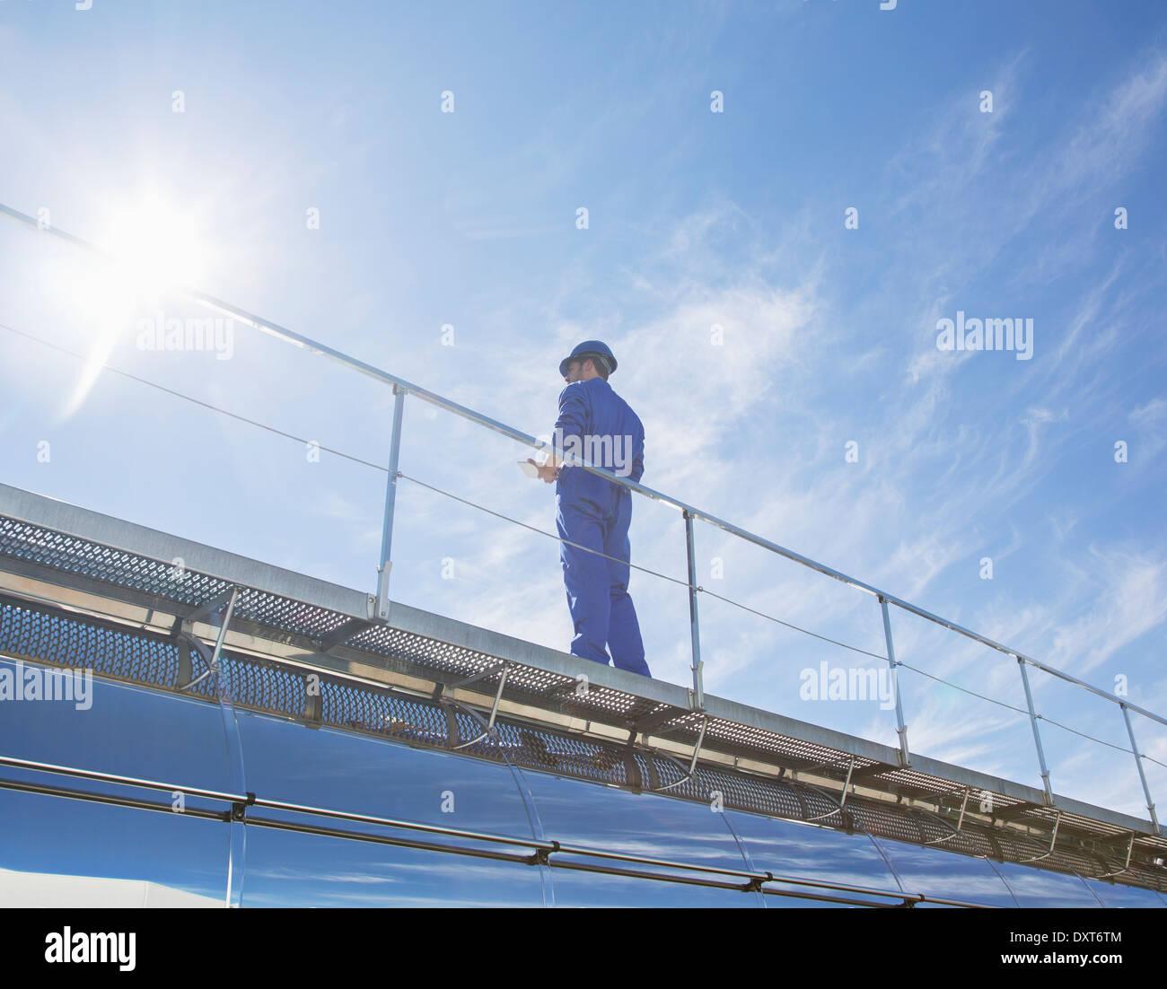 Arbeiter auf der Plattform Stockbild
