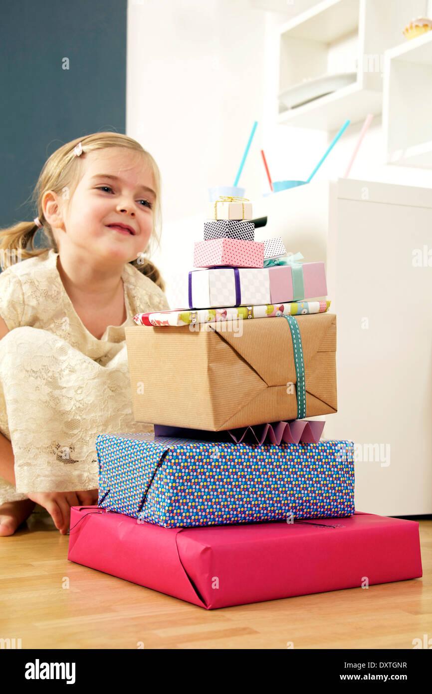Mädchen zum Geburtstag Blick auf Stapel Geschenke, München, Bayern, Deutschland Stockbild