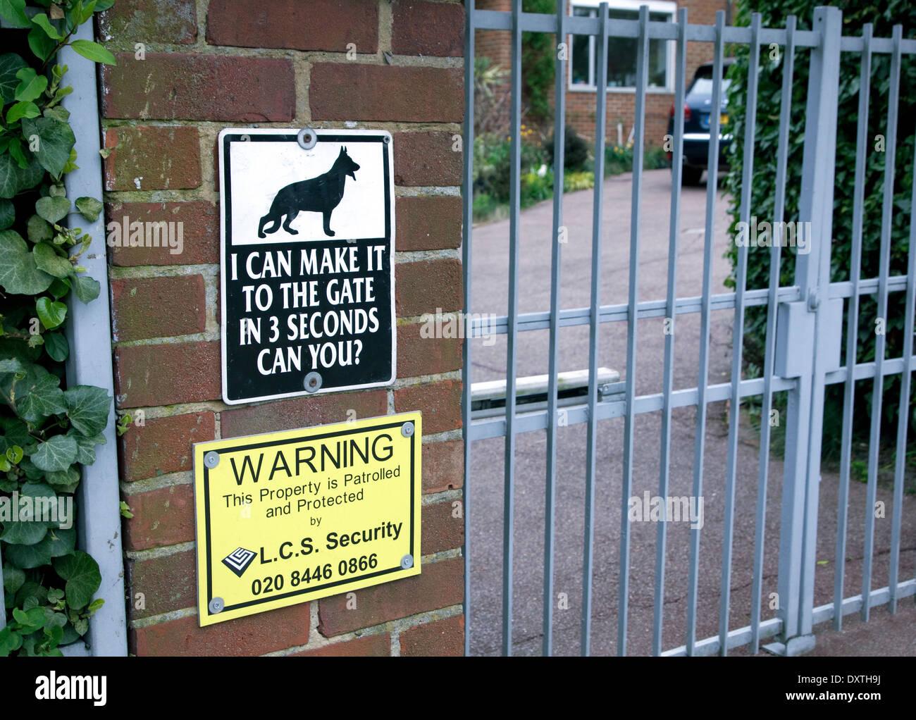 Sicherheit-Warnschild vor Haus im wohlhabenden Stadtteil von London Stockbild