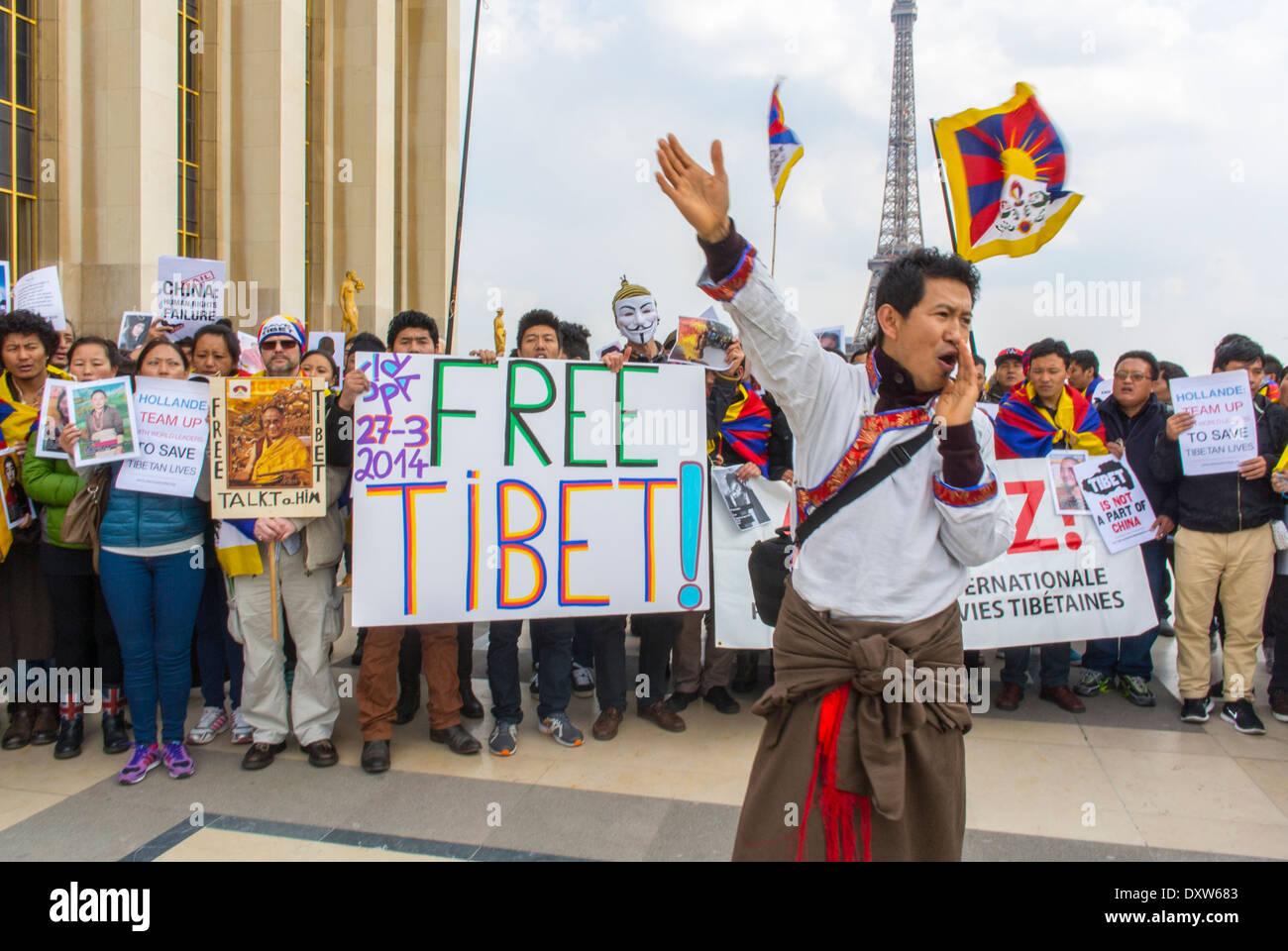 Die Menge von Tibetern, Taiwanesen, ethnischen Gemeinschaften Frankreichs, Migranten und Freunden forderte französische Bürger auf, während des Besuchs des chinesischen Präsidenten in Paris zu mobilisieren, wobei Protestschilder und Flüchtlinge Männer angebracht wurden Stockfoto