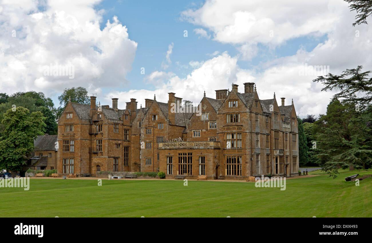 Heckansicht des Wroxton Abbey, ein jakobinischen Haus, Wroxton, Oxfordshire, Vereinigtes Königreich. Stockbild