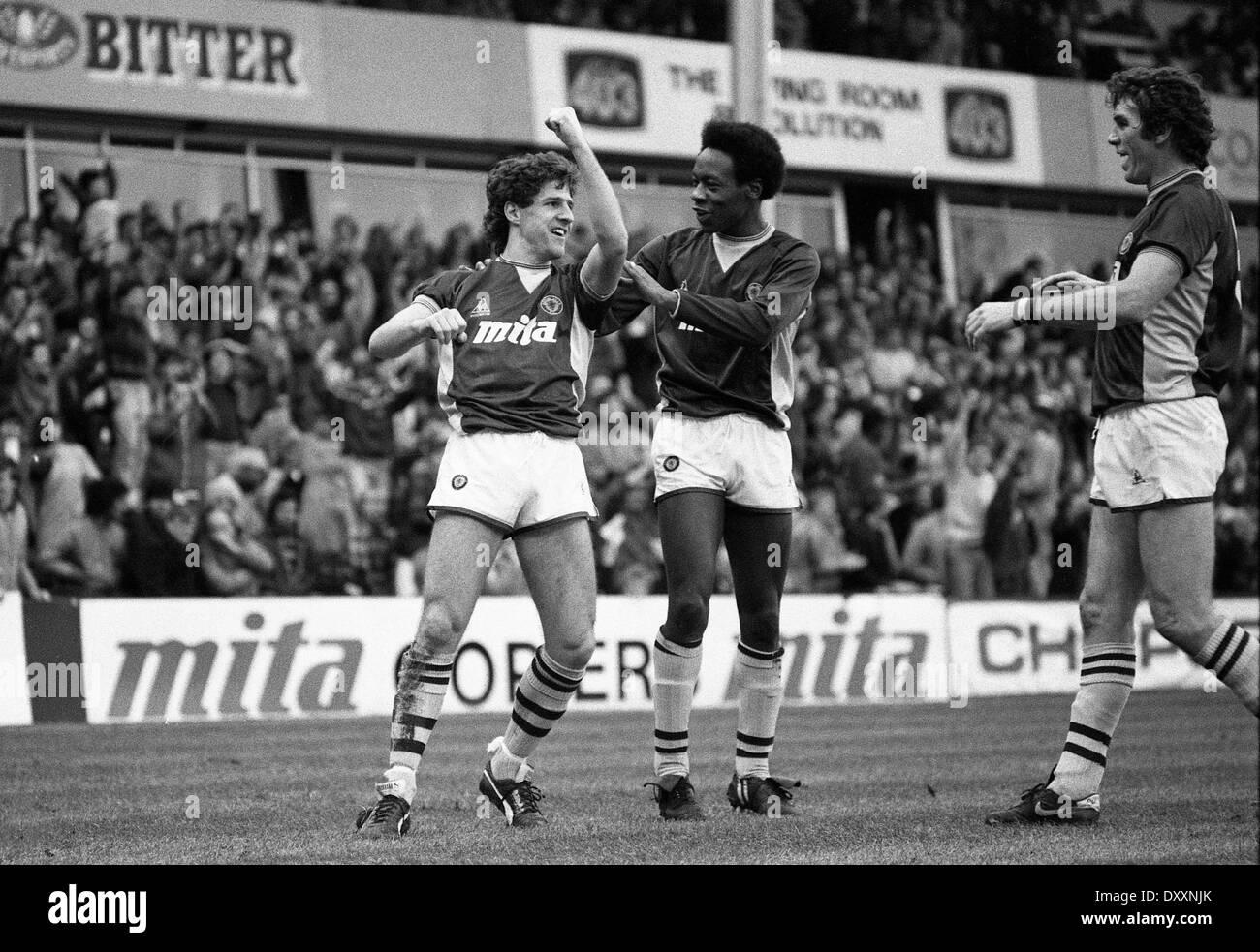 Fußballer Colin Gibson feiert mit Mark Walters und Peter Withe Ziel. ASTON VILLA V WEST BROMWICH ALBION 1. Januar 1985 Stockbild