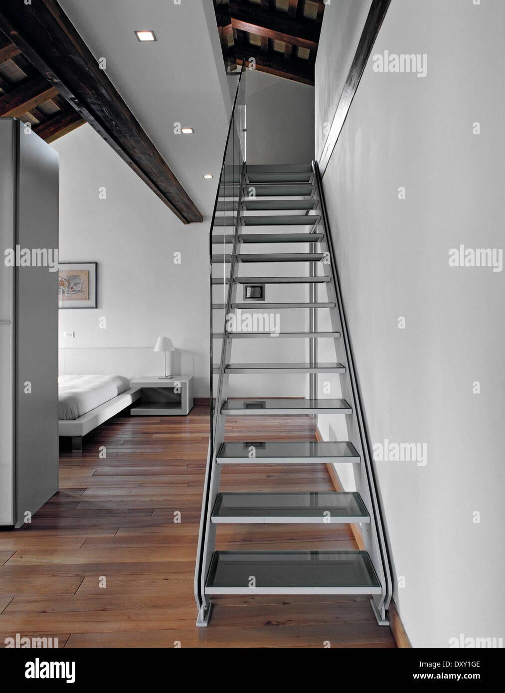Mezzanine Luxuriöse Moderne Keine Treppe Stockfotos & Mezzanine ...