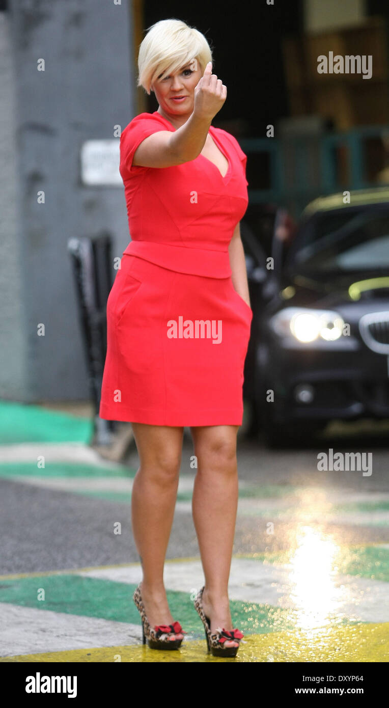 blonde Peroxid roten Kleid Dekolleté Peep Toe Schuhe Stockfoto, Bild ...