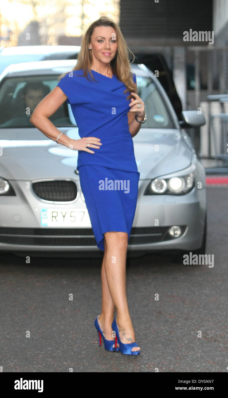 Blaues Kleid Uhr Seitenscheitel Die Blaue Schuhen Nackten Beine Christian Louboutin Schuhe In Voller Lange Fuss Tattoo Stockfotografie Alamy