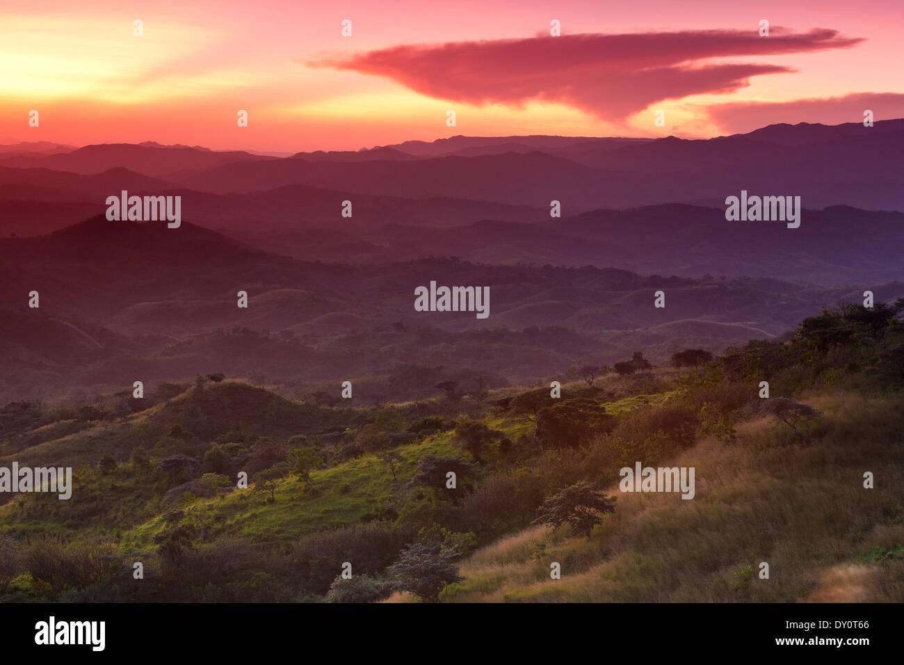 Schönen Sonnenuntergang von den Hügeln über dem Dorf Ola in der Provinz Cocle gesehen, Republik Panama. Stockfoto