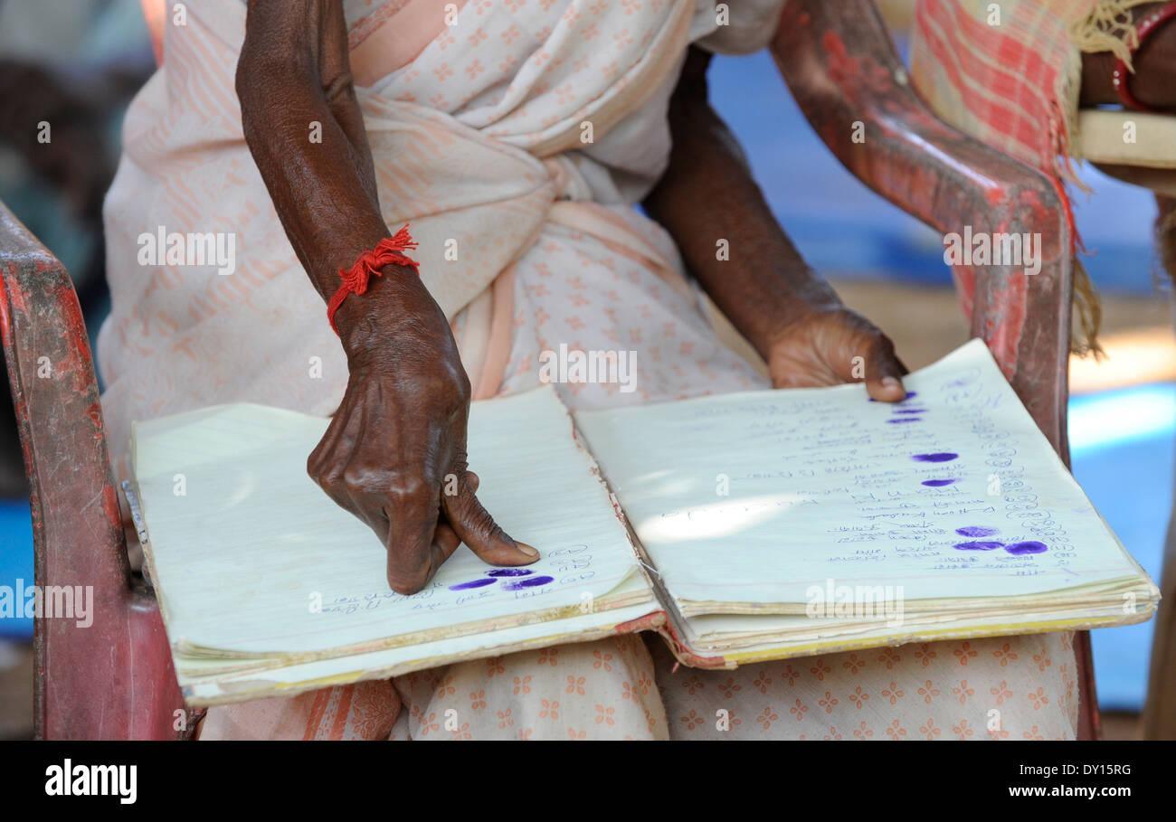 Indien Jharkhand, NGO Birsa organisieren Adivasi kämpfen für ihre Landrechte treffen im Dorf, Frauen melden mit Stockfoto