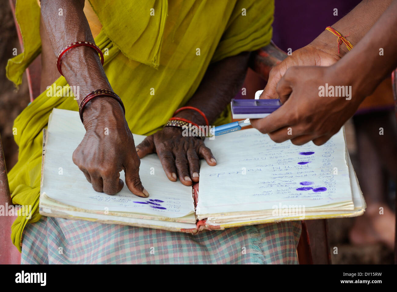 INDIEN Jharkhand, NGO Birsa organisieren Adivasi, um für ihre Landrechte zu kämpfen, Treffen im Dorf, Stammesfrauen Stockfoto