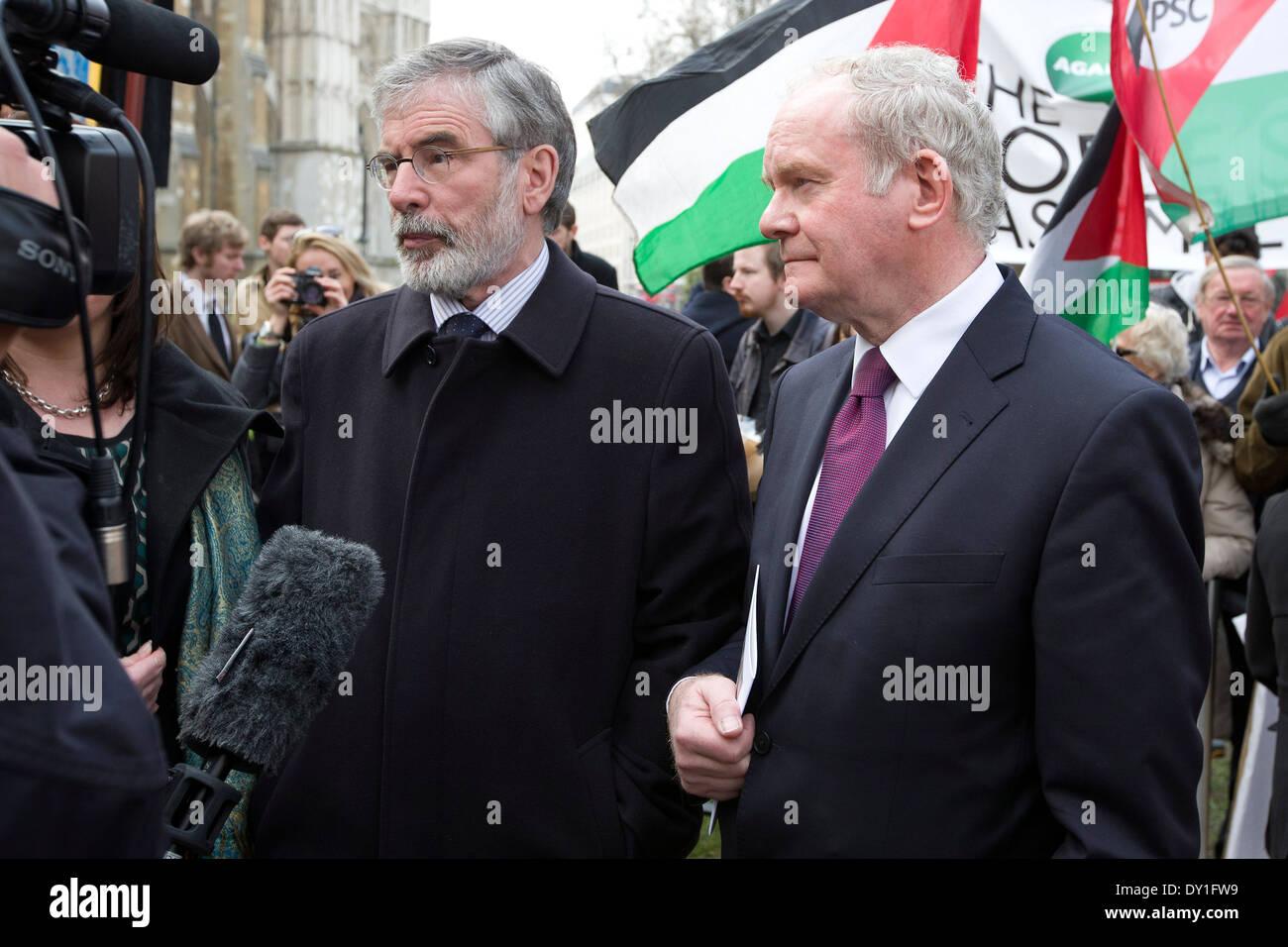 Martin McGuinness (R) und Gerry Adams (L) lassen es Benn Beerdigung in London auf 14. März 2014. Stockbild