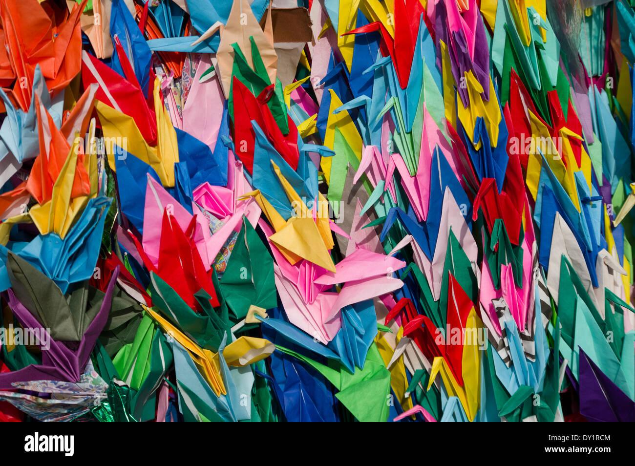 Origami Kraniche aus Papier (Orizuru), gebunden zusammen, um Senbazuru (tausend Kraniche), Tokio, Japan. Stockbild