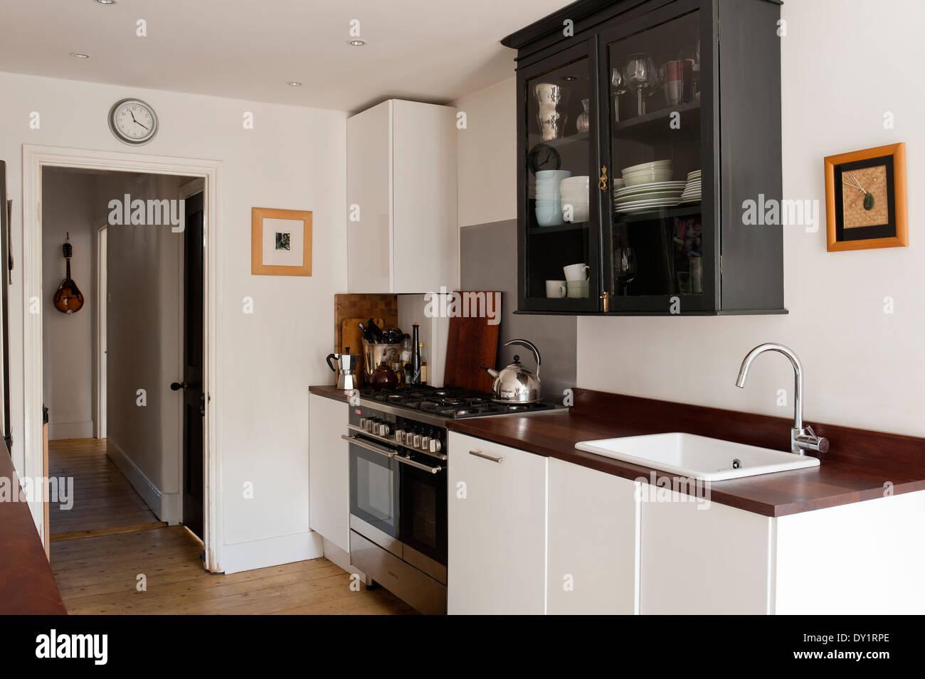 Weiße Ikea Unterschränke in Küche mit recycelten Iroko ...