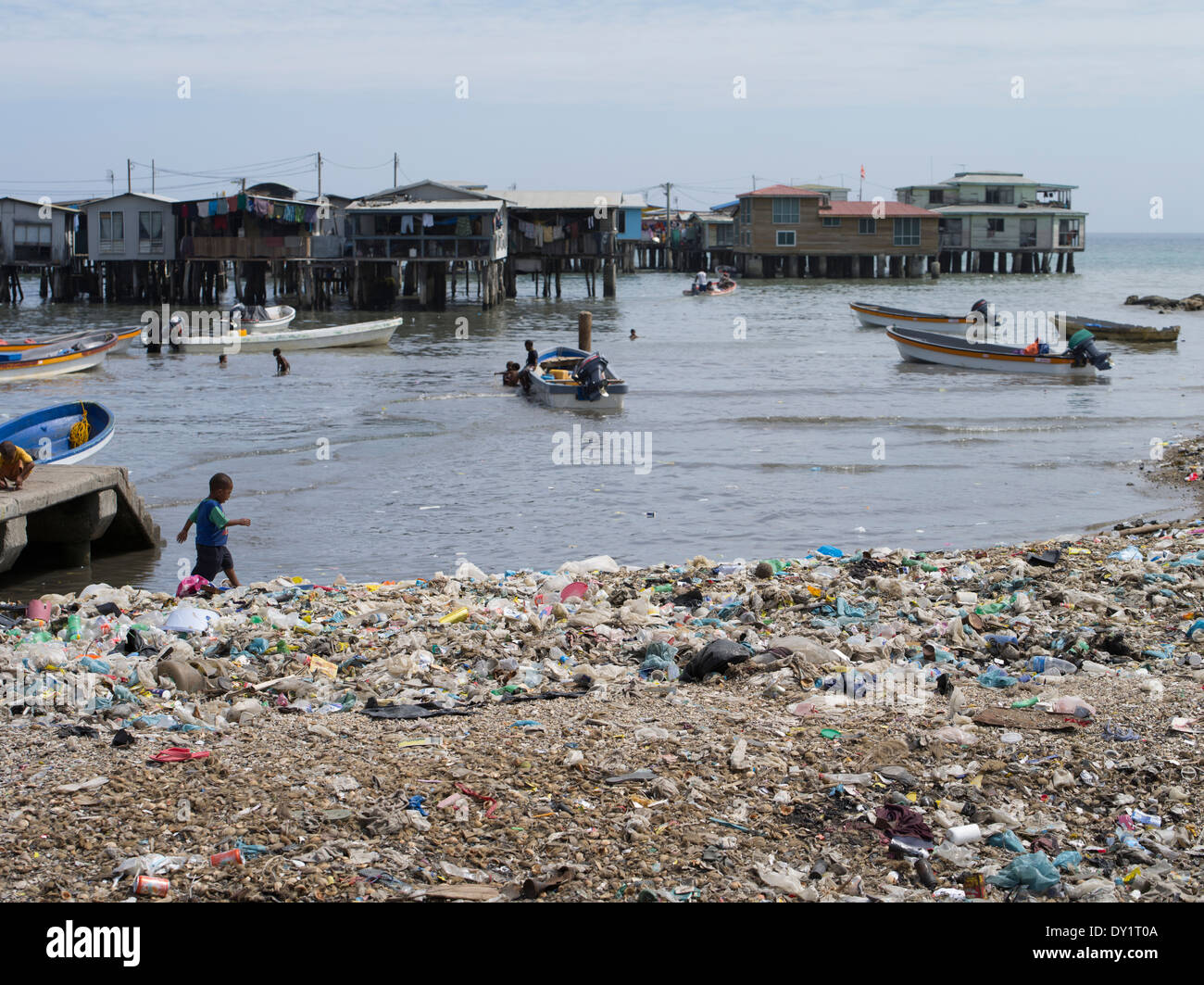 Abfall / Müll Umgebung Stelzenläufer Dorf von Koki, Port Moresby, Papua-Neuguinea Stockbild
