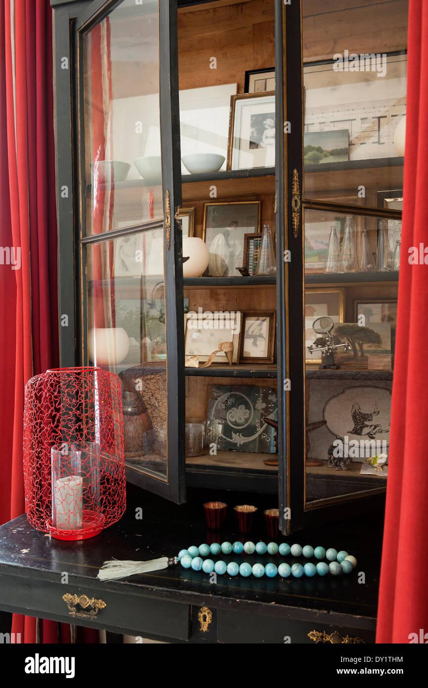 Glasfront Display Schrank mit alten Fotografien und Sammlerstücke. Stockbild