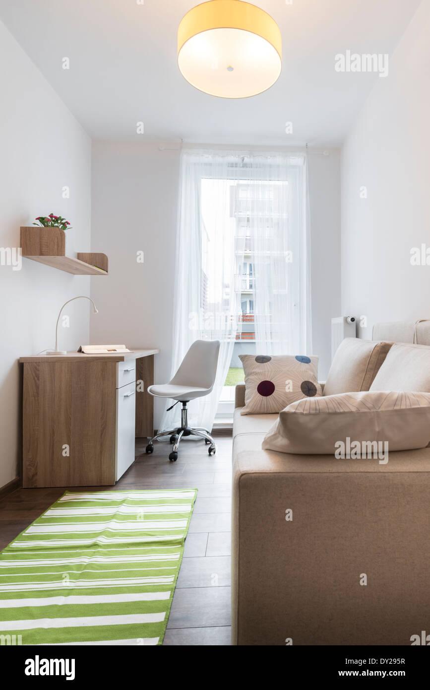 Teenager modernes Zimmer mit grünen Teppich auf dem Boden Stockfoto ...