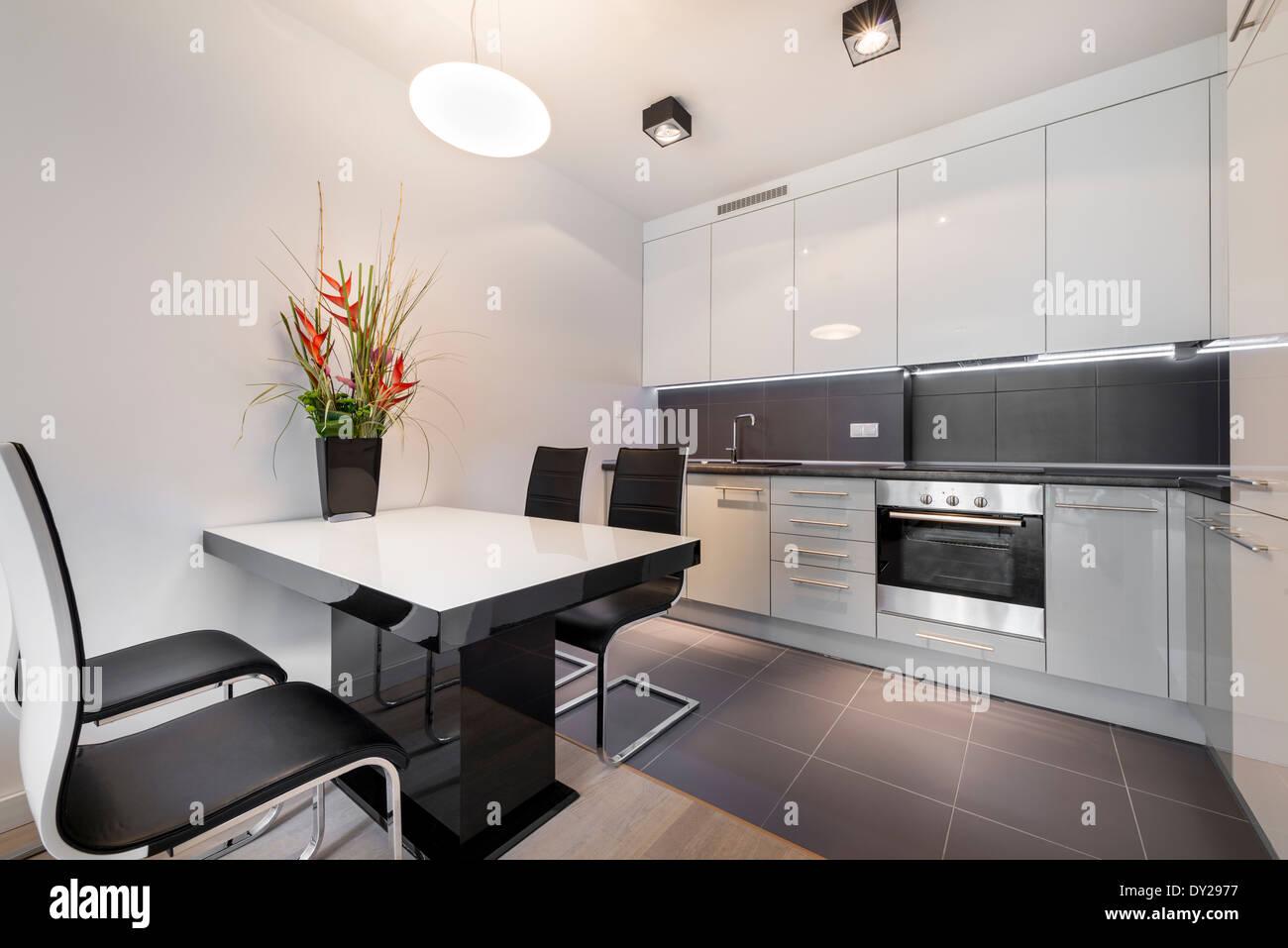 Moderne Küche mit grauen Fliesen und weißen Tisch Stockfoto, Bild ...