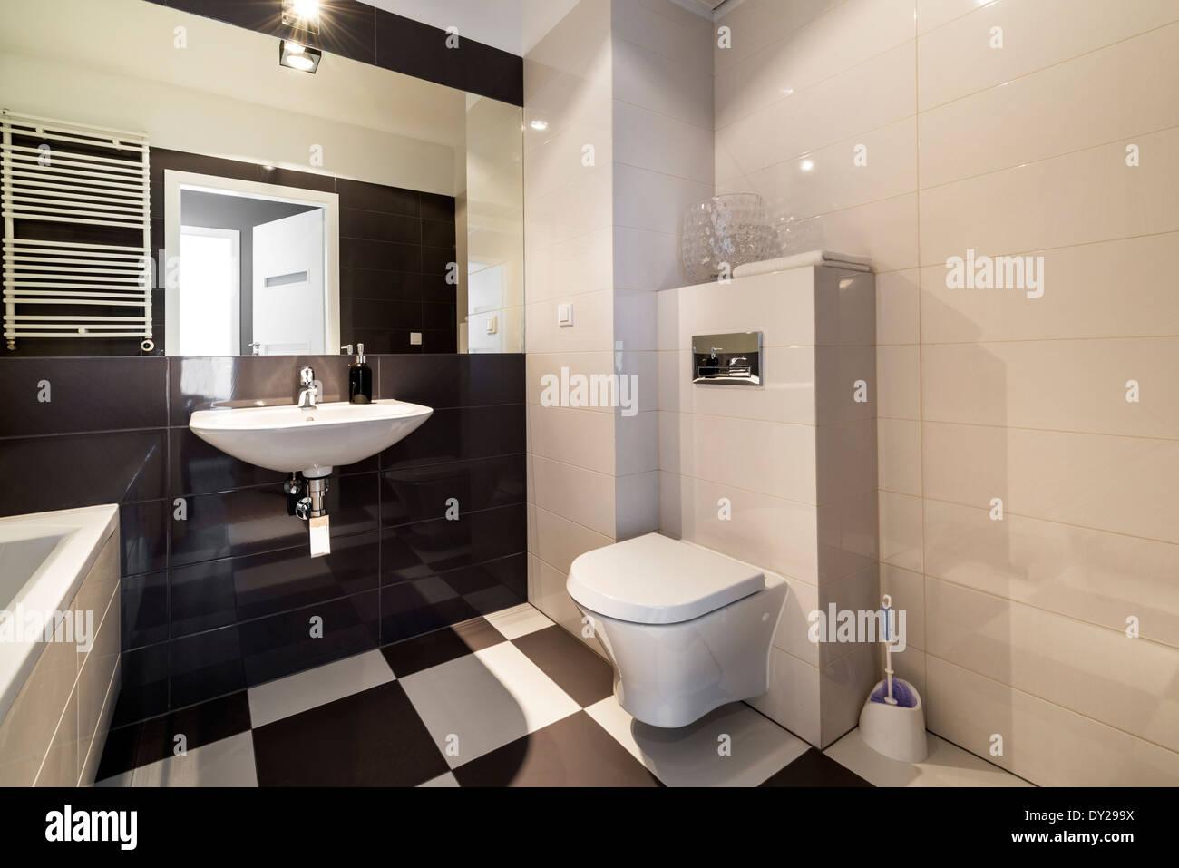 Charmant Modernes Bad Mit Badewanne In Beige Farbe