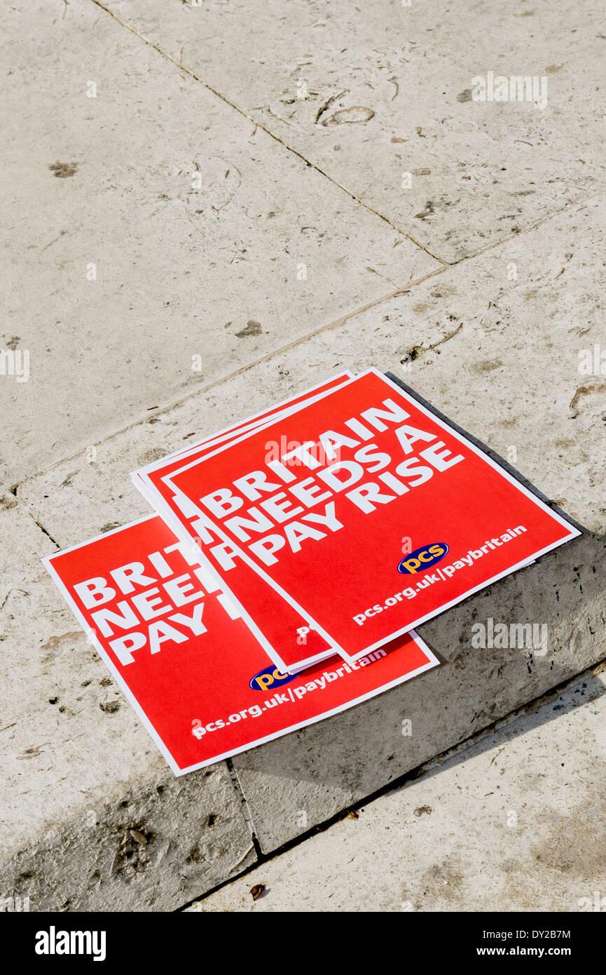 Faltblätter durch die PCS Gewerkschaft produziert anspruchsvolle Großbritannien sollte eine Gehaltserhöhung. Stockbild
