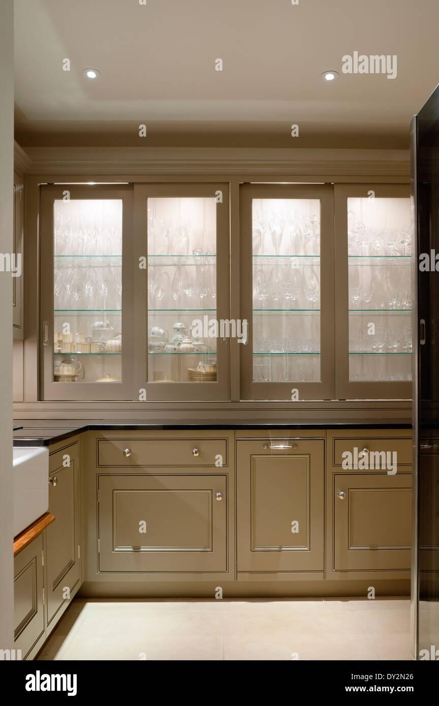 Begehbare Speisekammer / Küche mit spot-Beleuchtung und Glaswaren ...