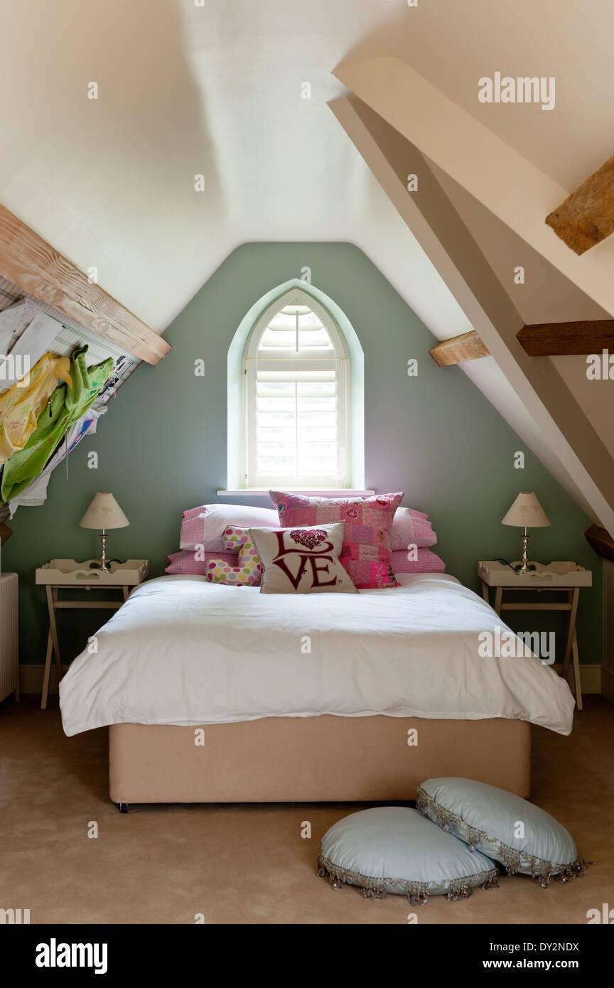 Mädchen Schlafzimmer Dachgeschoss Mit Schrägen Wänden Und Gewölbte Fenster