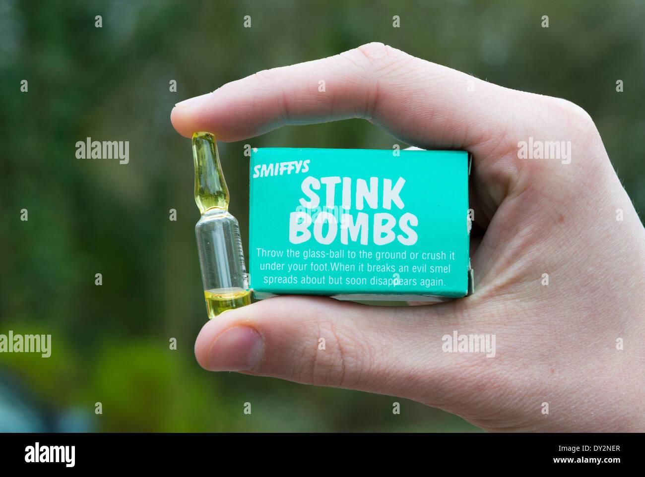 Eine Hand hält eine Stink Bombe Stockbild