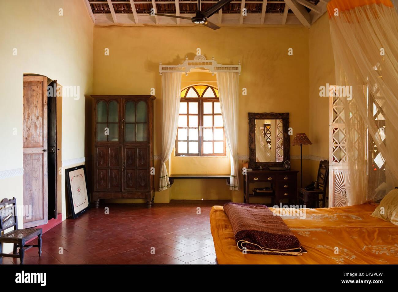 Dunkles Holz Schrank und Schminktisch im Schlafzimmer von Goa nach ...