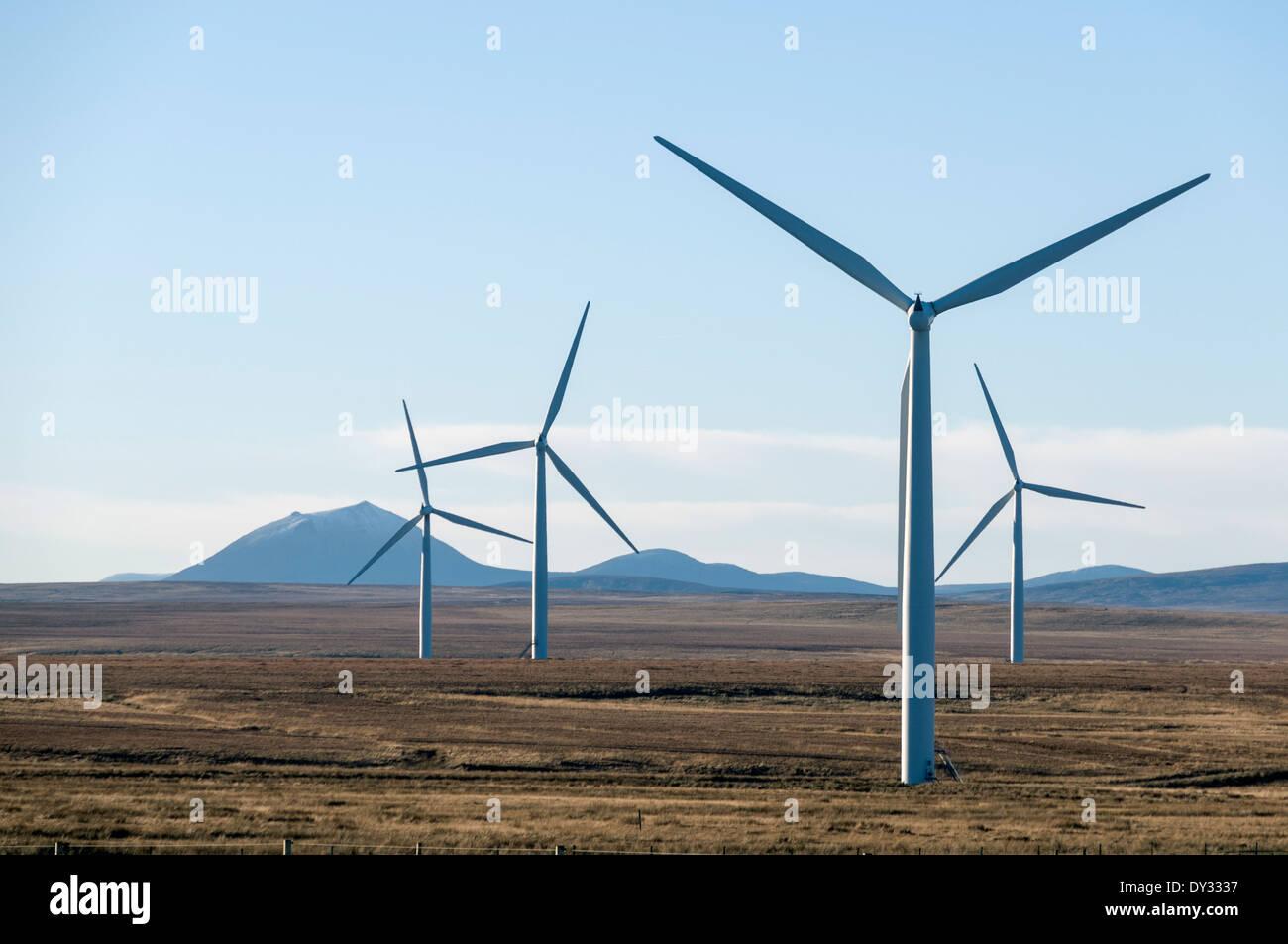 Causeymire-Windpark und die Hügel des südlichen Caithness. Caithness, Schottland Stockbild