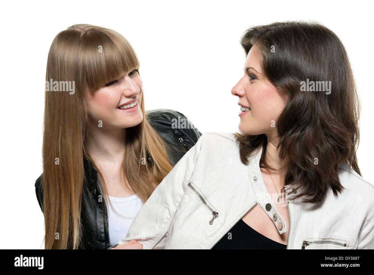 a5ff8ca7c8 Zwei Frauen Blonde und Brünette mit schwarzem und weißem Lederjacke schauen  einander