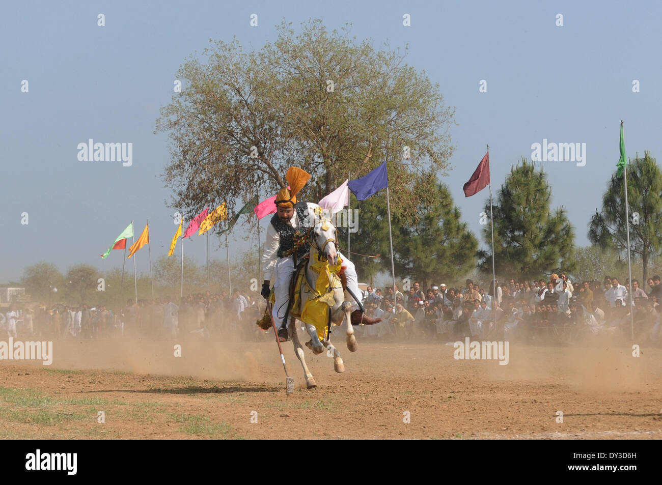 (140405)--ISLAMABAD, 5. April 2014 (Xinhua)--ein Pferd, die Fahrer in einem Zelt pegging Wettbewerb beim Frühlingsfest in Islamabad, der Hauptstadt von Pakistan am 5. April 2014 beteiligt ist. Mehr als 300 namhafte Reiter nahmen an der Veranstaltung, die von Capital Development Authority (CDA) organisiert wurde, Freizeitaktivitäten für Bereitstellung von gesunden Umwelt für die Bewohner der Bundeshauptstadt zu fördern. (Xinhua/Ahmad Kamal) Stockbild