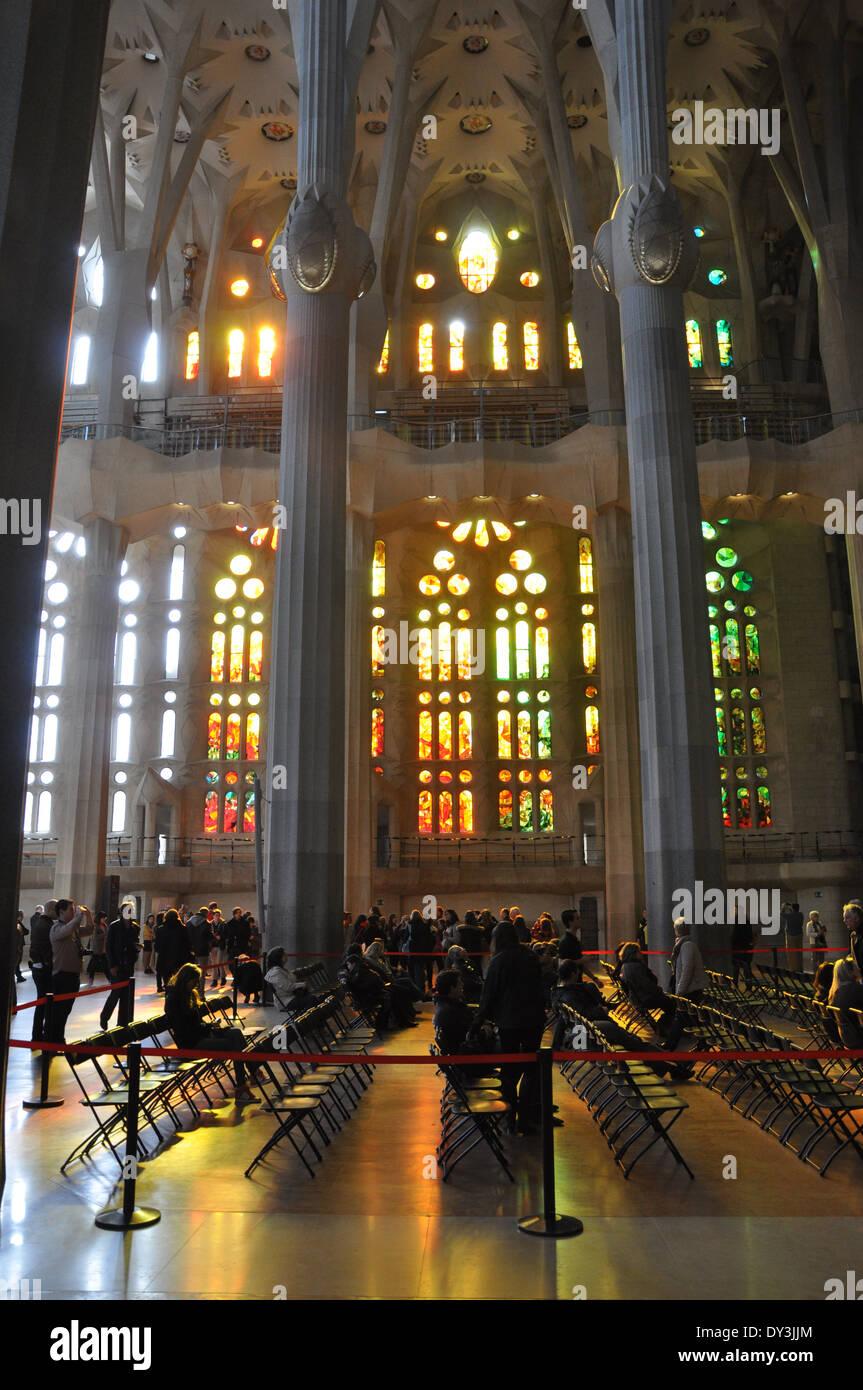 Leute sitzen in der Basilika Sagrada Familia in Barcelona, Spanien Stockbild