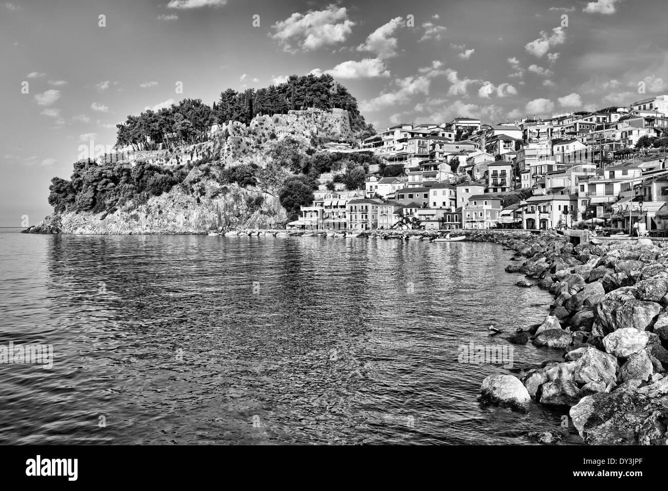 Die Bucht mit den bunten Häusern von Parga, Griechenland Stockbild