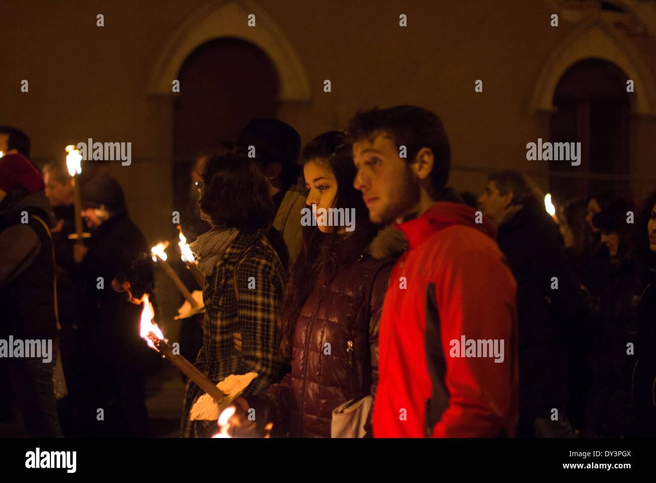 L ' Aquila, Italien. 5. April 2014. Mitmachen bei einer Kerze Kundgebung in l ' Aquila am 6. April 2014 um den fünften Jahrestag des großen Erdbebens zu gedenken, die das Gebiet getroffen. Tausende von Menschen auf ein Fackelzug zum Gedenken an die Katastrophe begann. Männer und Frauen aller Altersgruppen marschierten in Stille und in der Kälte mit Kerzen oder Fackeln durch die Straßen. 6. April 2009 Erdbeben hat 309 Menschen getötet und hat die Region verwüstet. (Kredit-Bild: © Manuel Romano/NurPhoto/ZUMAPRESS.com) Stockbild