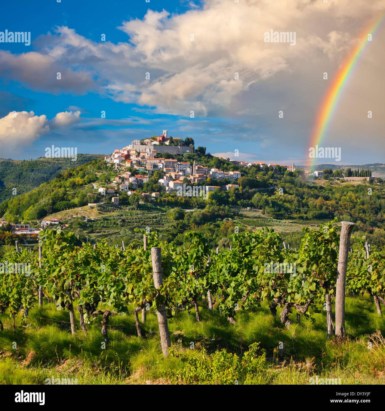 Motovun auf dem Hügel nach Regen mit Regenbogen am Himmel, Kroatien Stockbild