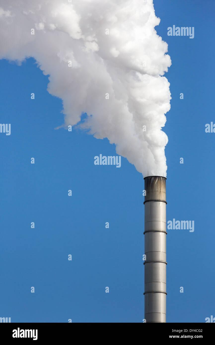 Papier-Mühle wogenden aus Rauch Stockfoto