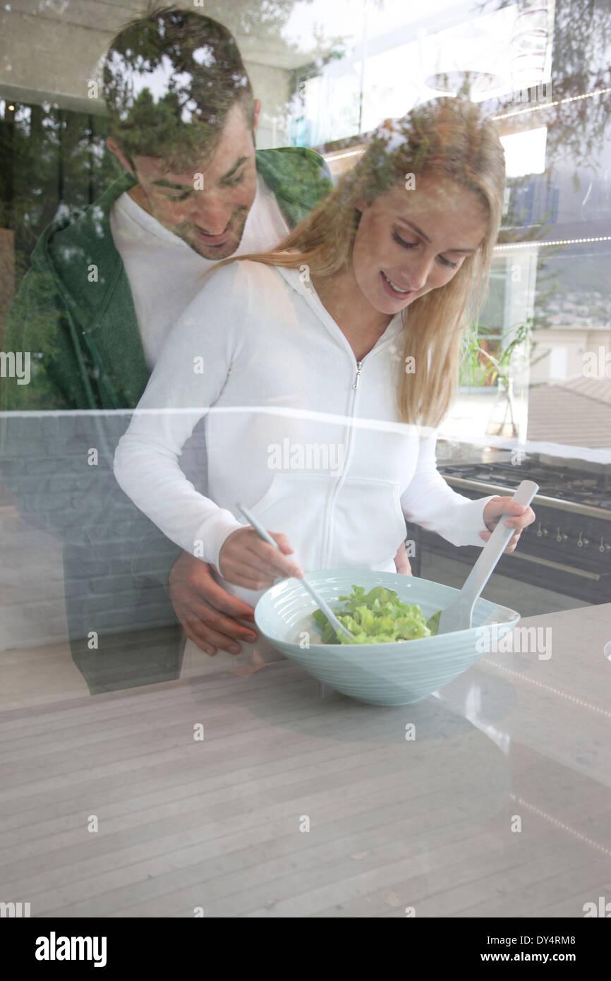 Junges Paar bereitet Salat Stockfoto