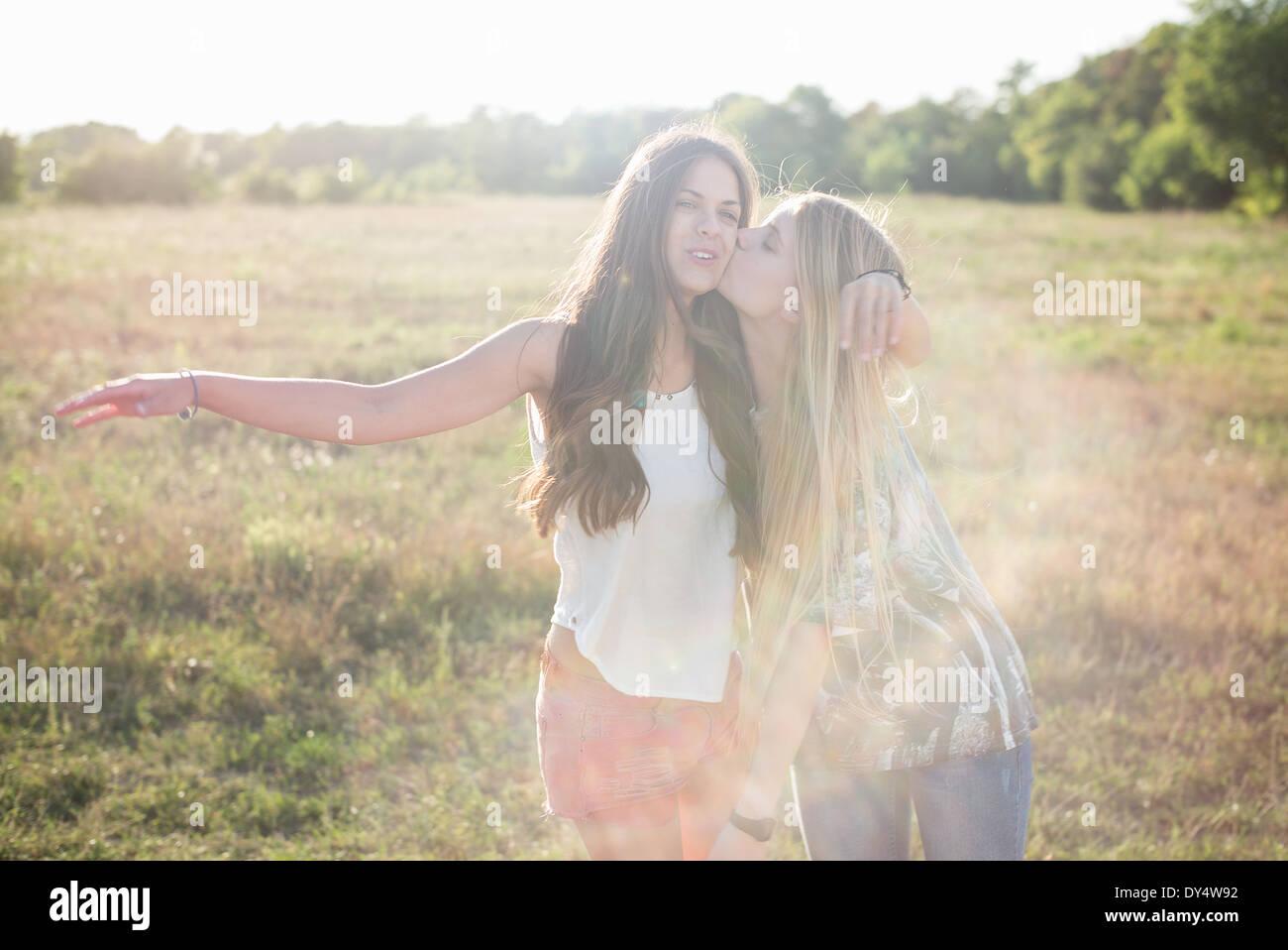 Zwei junge Frauen mit langen Haaren im Bereich Stockbild