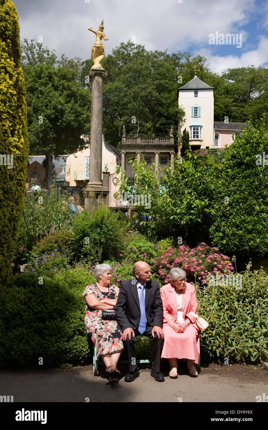 Portmeirion Hochzeitsempfang im Feriendorf mit Ziergärten. Portmeirion, in der Nähe von Bangor, North Wales, Vereinigtes Königreich Stockbild