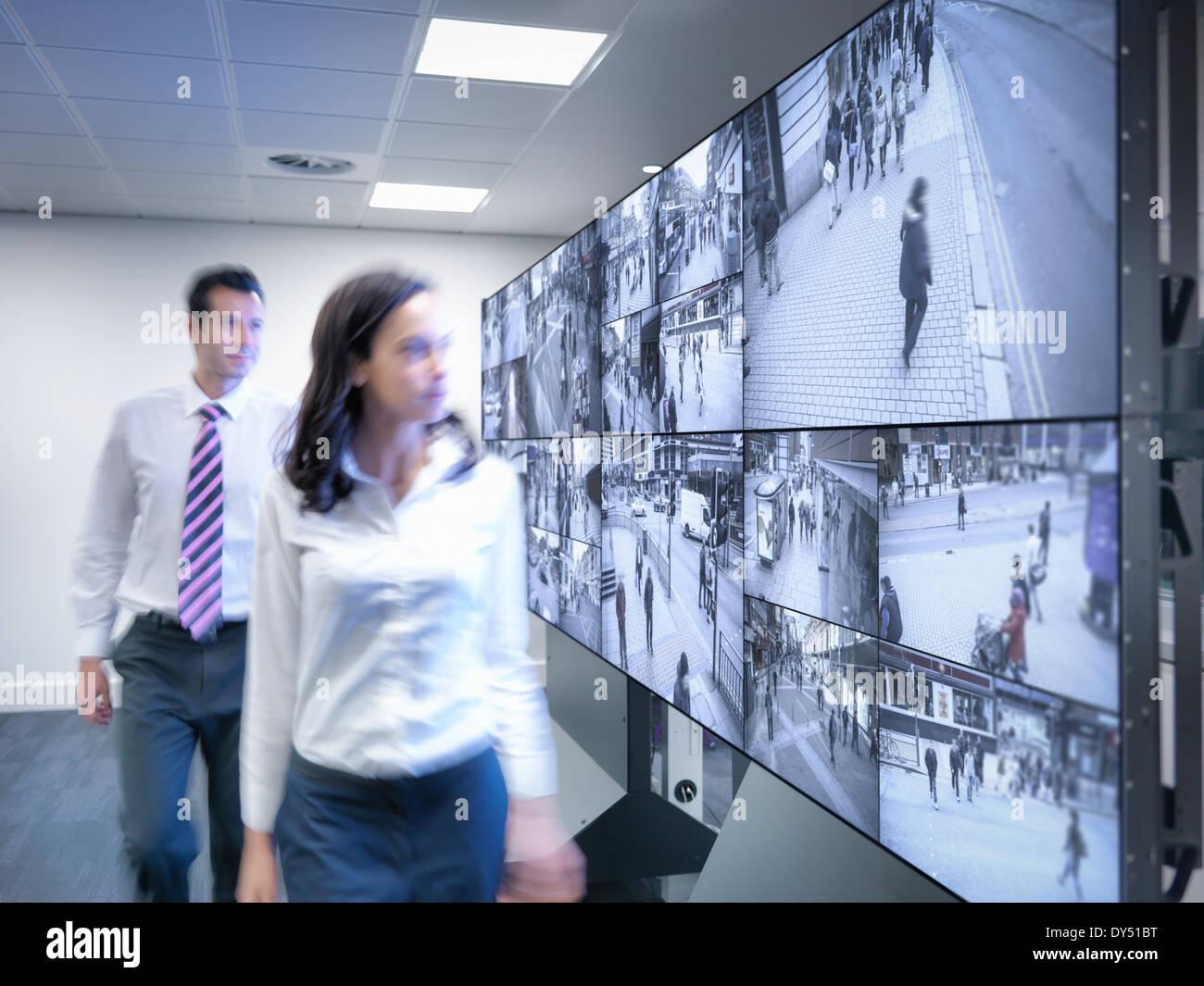 Sicherheitsdienste, vorbei an CCTV-Bildschirme im Kontrollraum Stockbild