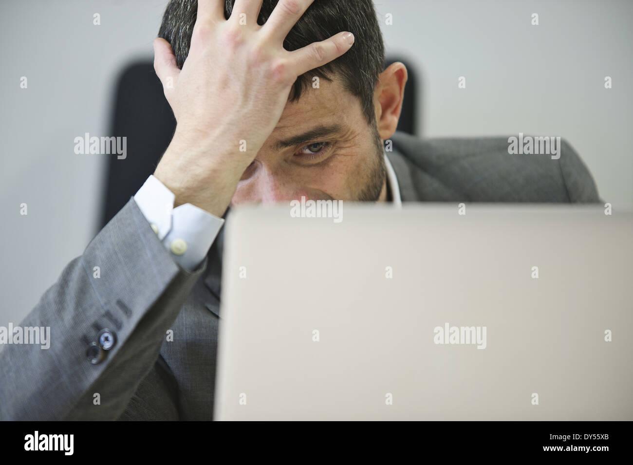 Junger Geschäftsmann sucht gestresst Stockbild