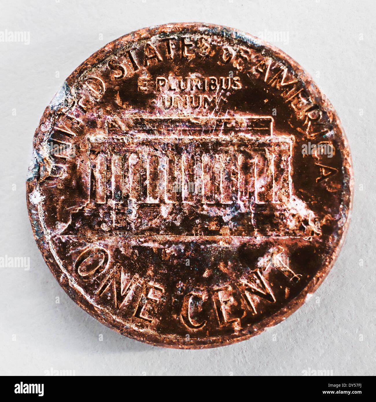 Stillleben mit einer zerkratzten und gechipt ein-Cent-Münze Stockbild
