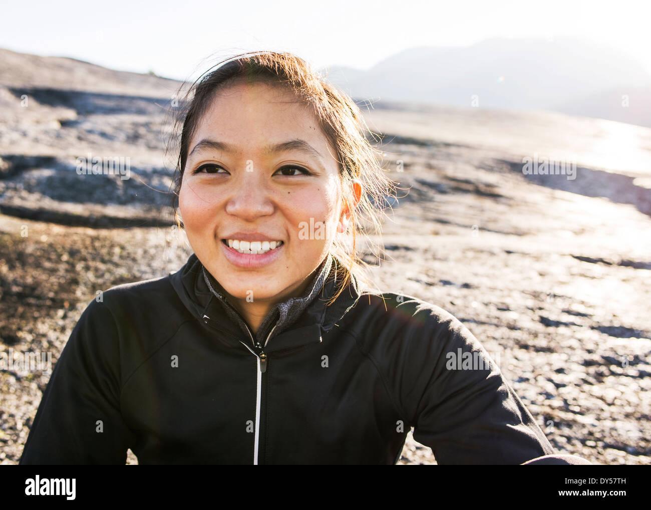 Porträt der jungen weiblichen Wanderer, Squamish, British Columbia, Kanada Stockbild