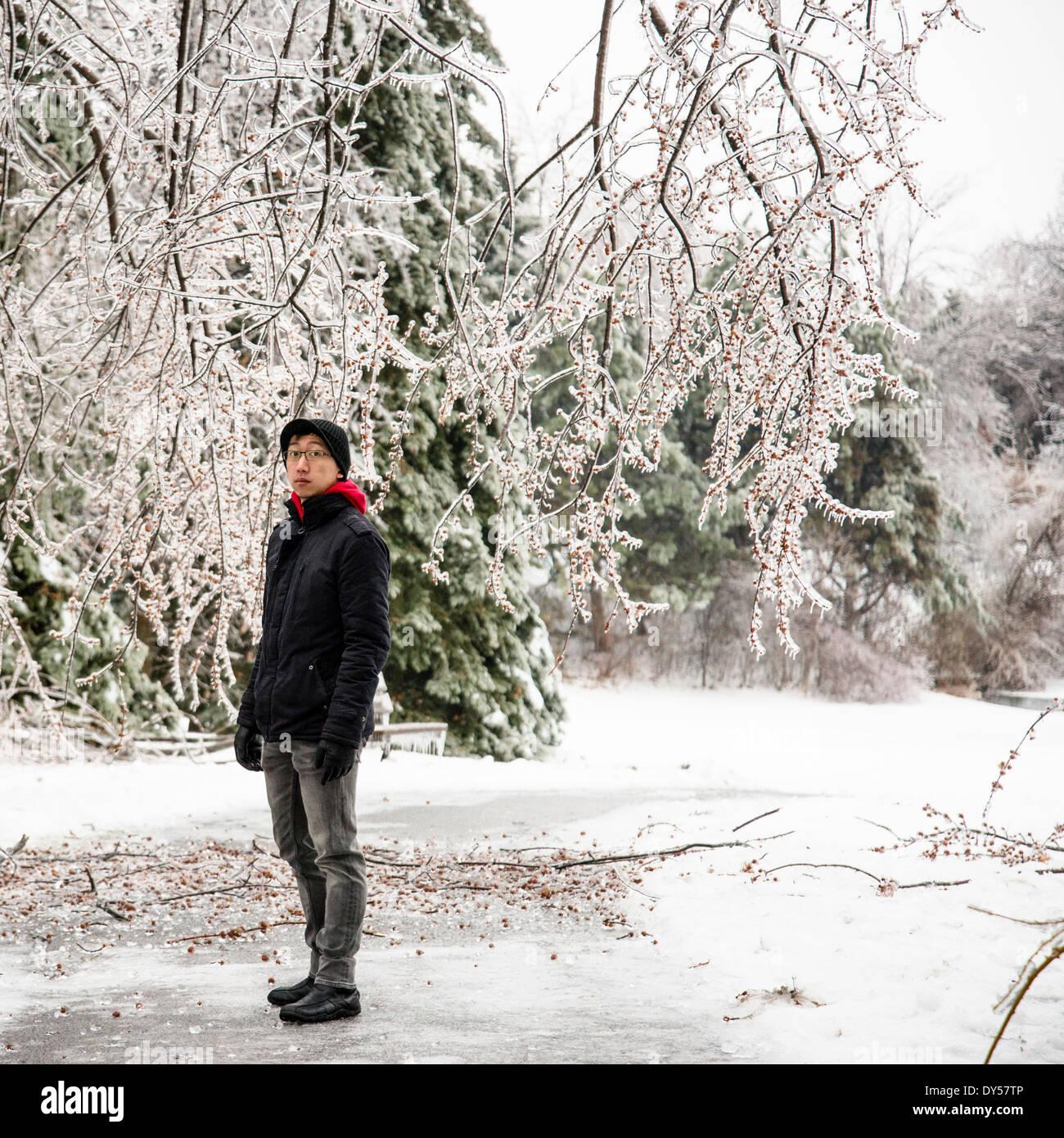 Porträt des jungen Mannes stehend im Park bei-30 Grad Celsius Stockbild
