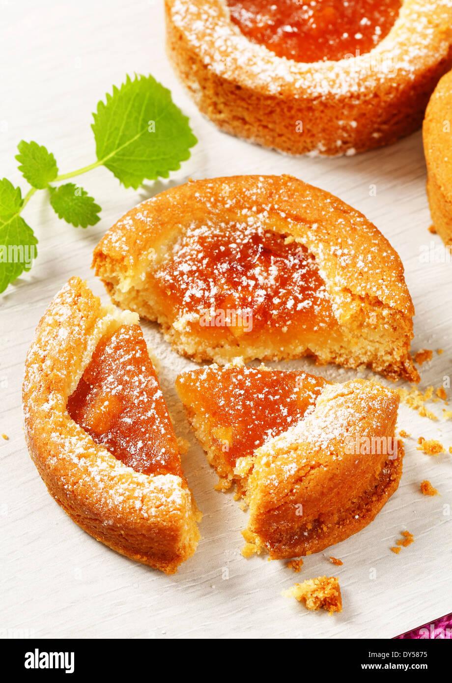 Kleine Runde Kuchen gefüllt mit Apfelmus Stockbild