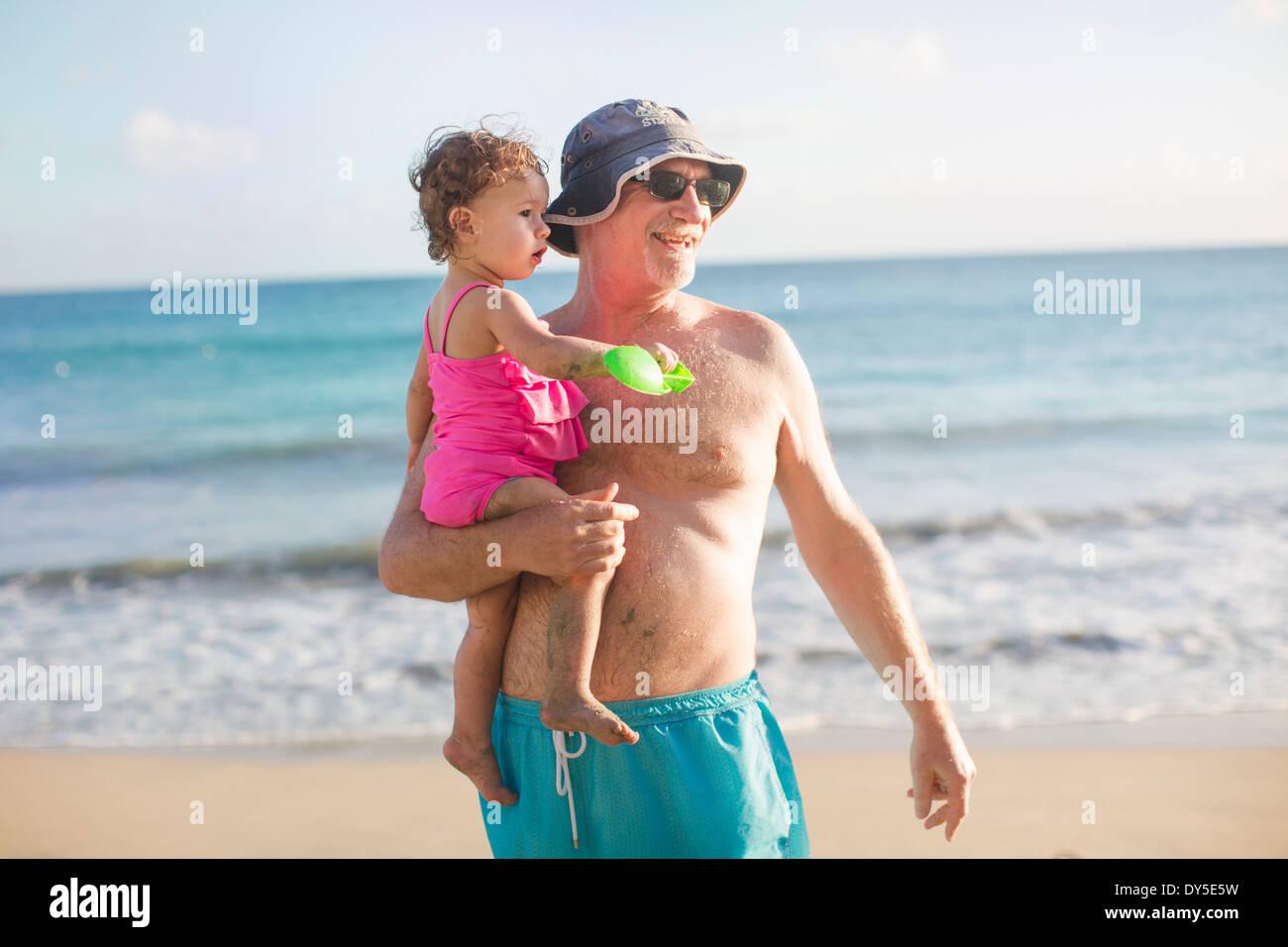 Großvater und Enkelin am Strand Stockbild