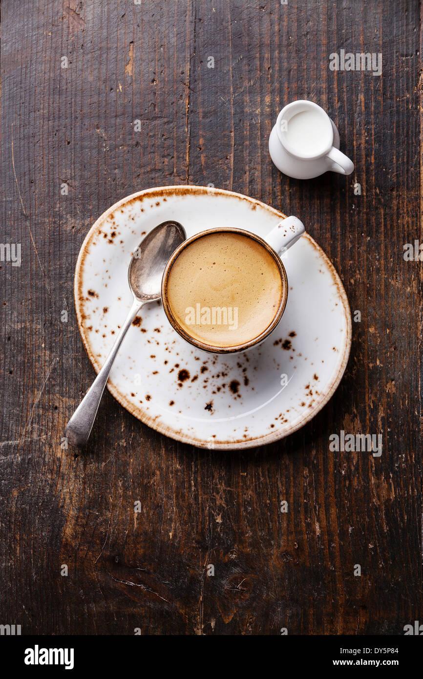 Espressotasse mit Milch auf hölzernen Hintergrund Stockbild