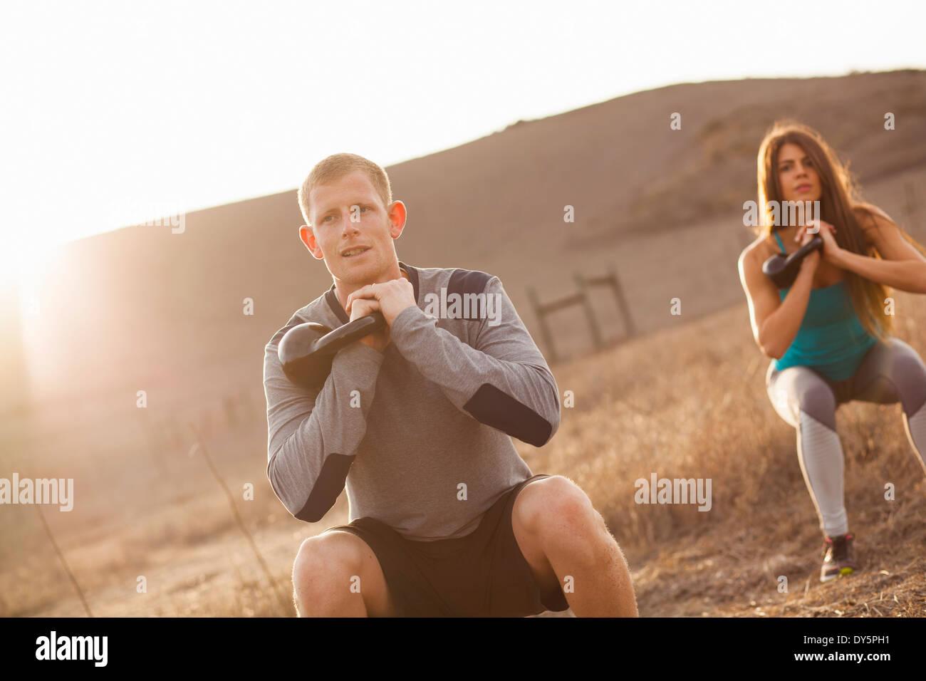 Paar mit Gewichten trainieren Stockbild